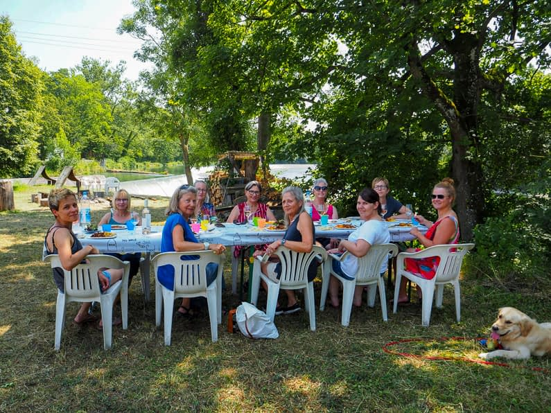 Gemütliches Mittagessen auf der Insel an der Limmat im Sommerkurs 2019 | moser-art